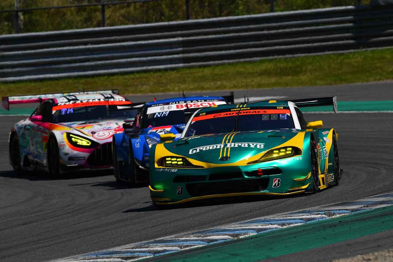 画像: 4号車AMGを交わした52号車スープラはこの後トップ争いに加わるが抜ききれずに3位。