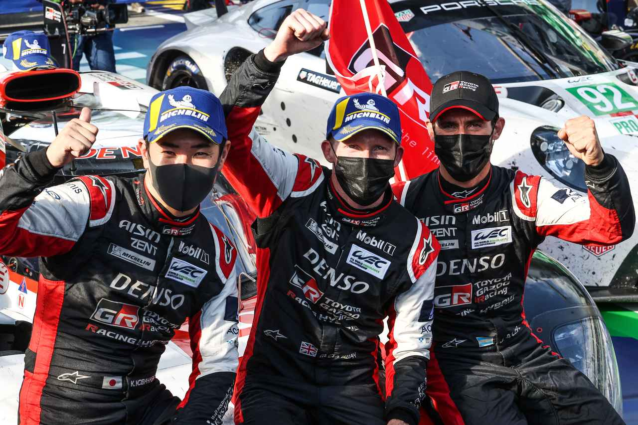 画像: 今季初優勝を飾った7号車トヨタ GR010ハイブリッド、左から小林可夢偉、マイク・コンウェイ、ホセ・マリア・ロペス。