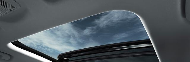 画像: 3008の特別仕様車「レッドナッパ」や「GTハイブリッド4」に標準装備されるパノラミックサンルーフ。