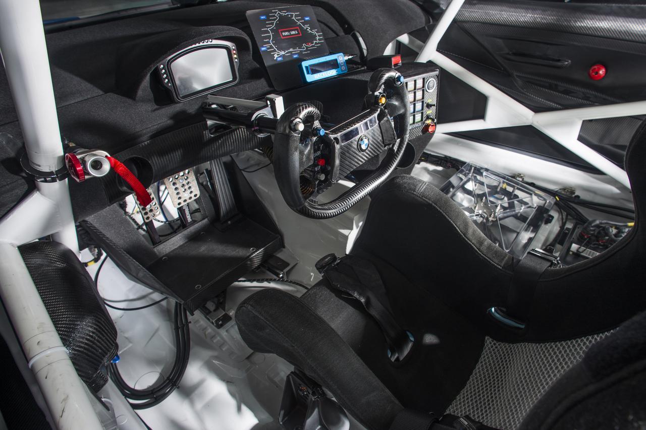 画像: 現代のレーシングカーではグリップを持ち替えない前提のステアリングホイールが当たり前になってきた。ロックツゥーロックまでが短いということもあるが、正確なドライビングに適しているということが大きい。