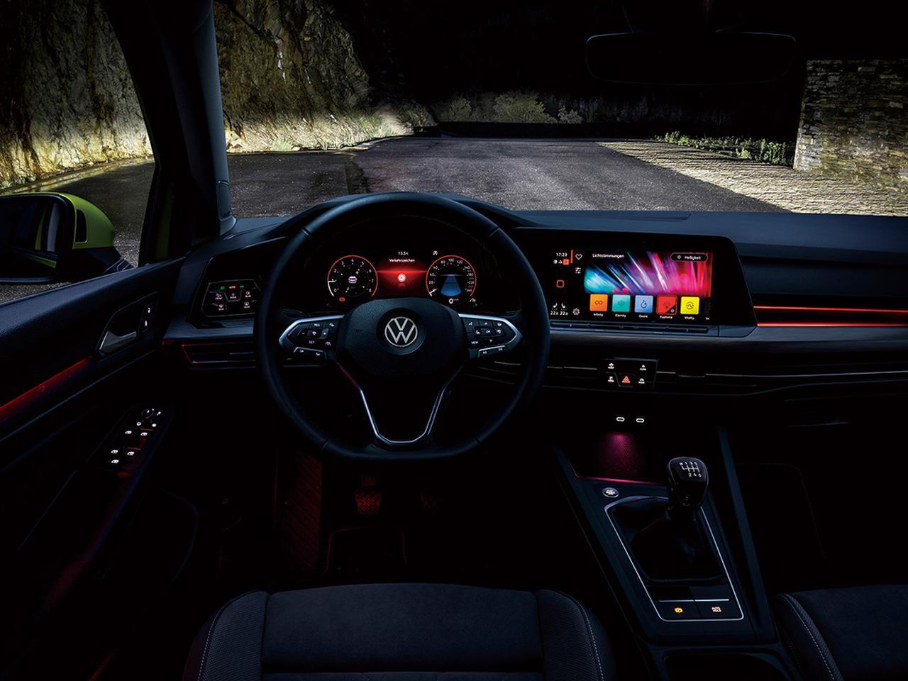 画像: ゴルフ8には好みに応じて室内照明のカラーを設定できる機能が全車に標準装備される。「アクティブベーシック」と「アクティブ」は10色、「スタイル」と「Rライン」は30色から選択可能。ドライブモードに合わせて予め照明モードを設定することもできる。