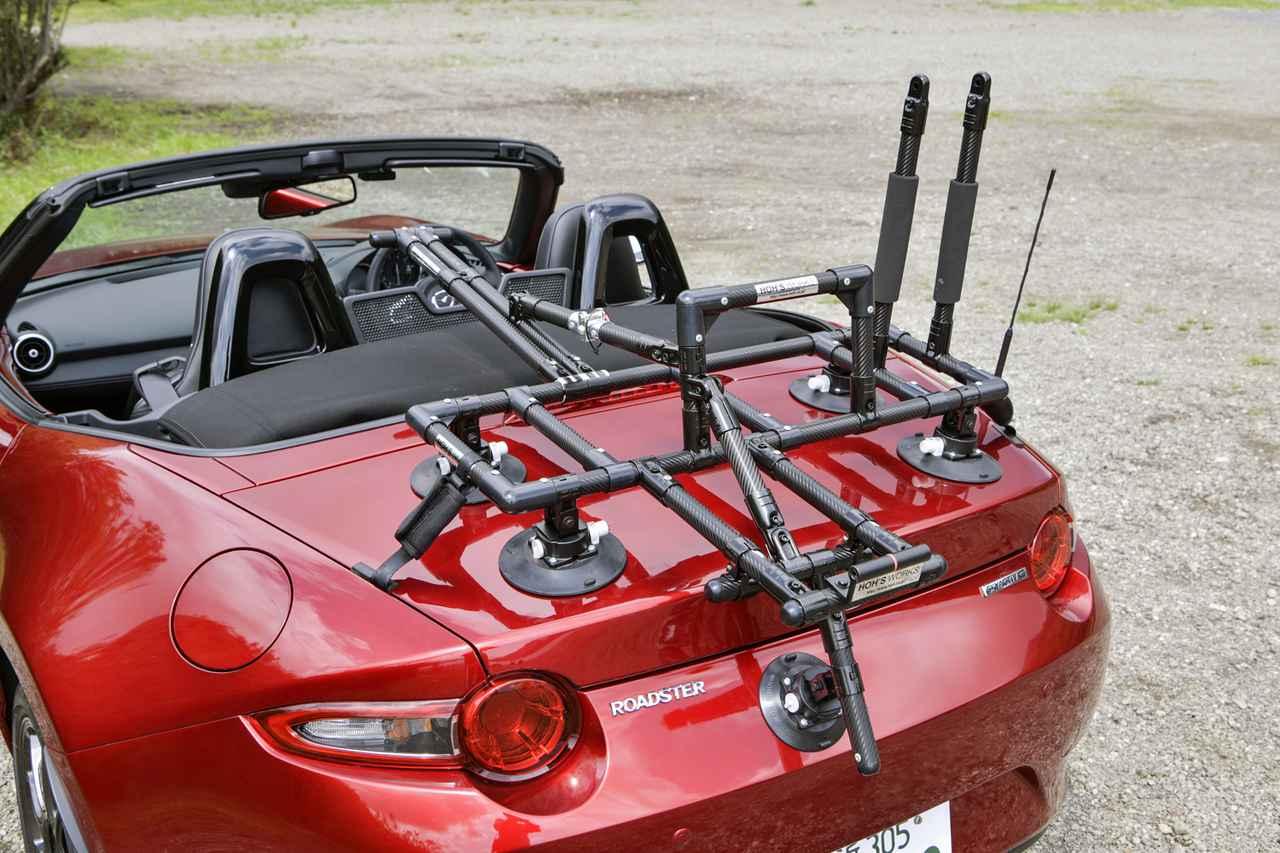 画像: アルミ製のパイプフレームと自転車積載用のアーム、そしてバキューム式吸盤からなるキャリアを装着した状態。