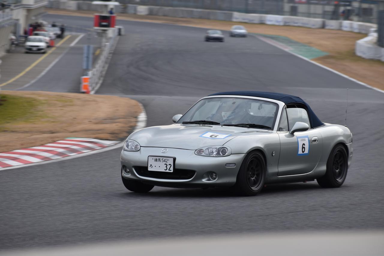 画像: コーナリングの進入では、ブレーキをぱっと離してステアリングを切り込むのではなく、じわっと抜きながらステアリングを入れていくとタイヤの性能を活かすことができる。