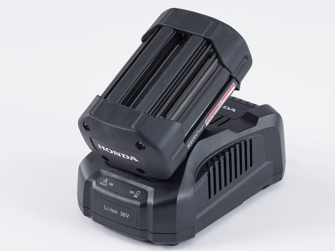画像: リチウムイオンバッテリー「DP3660XA」と充電器「CV3680XA」(下)。約35分で80%、約55分で満充電可能という。