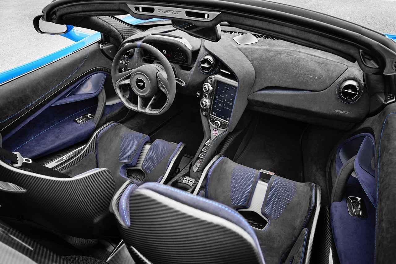 画像: ダッシュボードやドア内張り、そしてステアリングにはアルカンターラを採用。カーボンファイバーも多用している。
