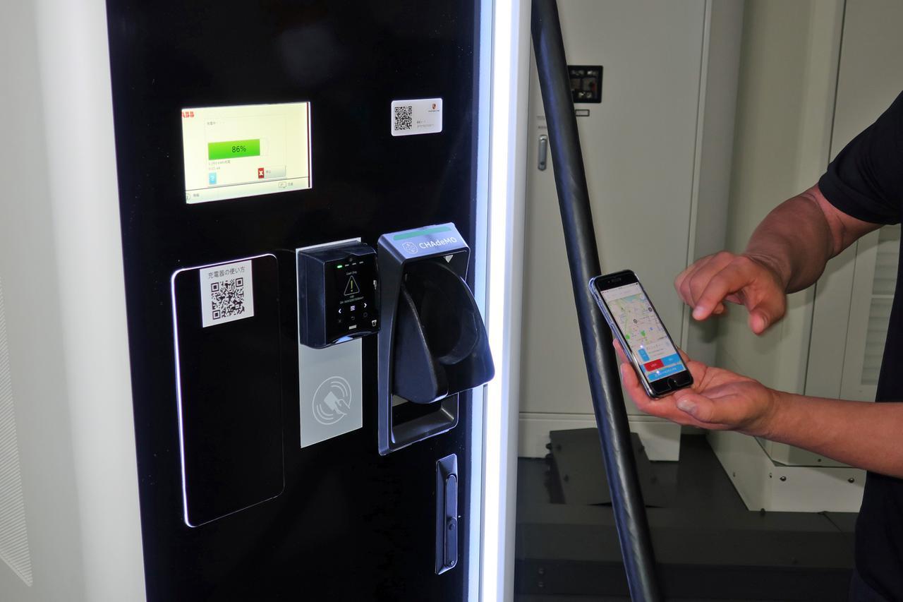 画像: 急速充電器の操作はスマホのアプリで行う。