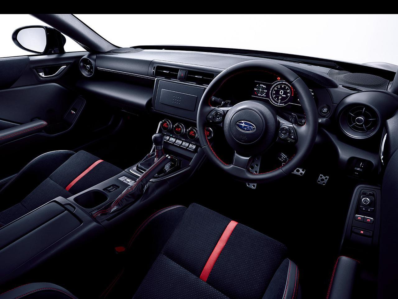 画像: ドライバーが運転に集中できるコックピットを念頭に、シンプルな水平基調のインパネや低く設置したメーターバイザーを採用。