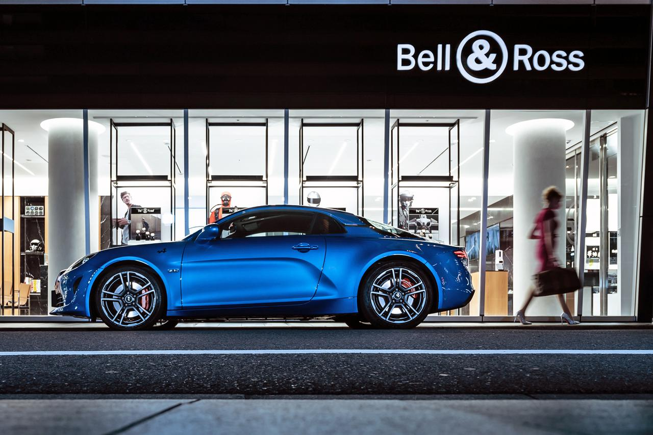 画像: Bell & Ross のロゴは、腕時計がモチーフになっているという。