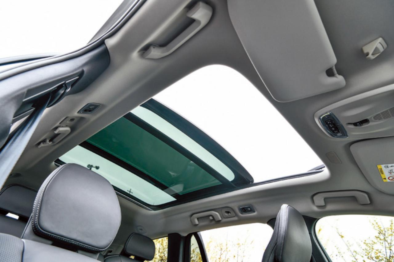 画像: 電動ガラスサンルーフは開けると開放感が最高。暑い時はサンブラインドを閉めればいい。