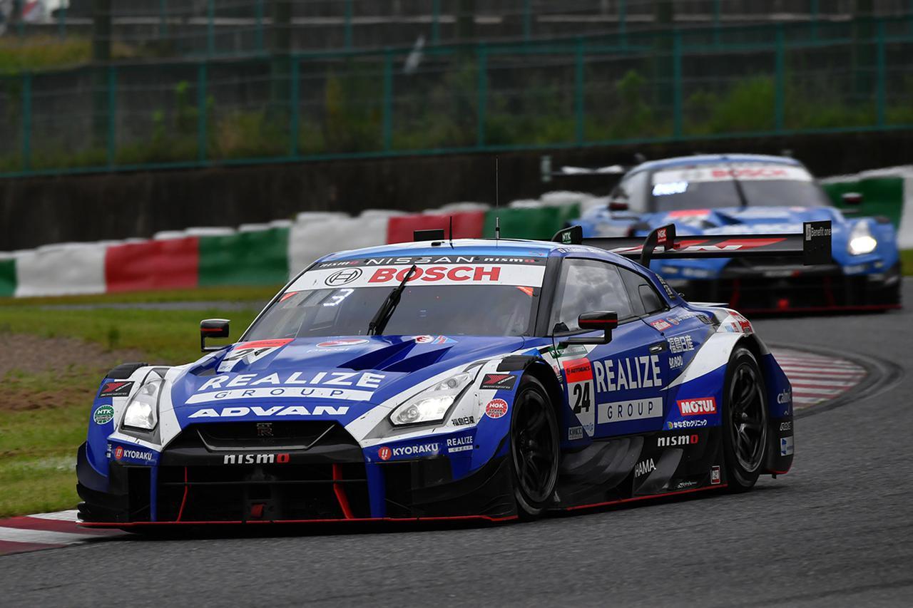 画像: ヨコハマタイヤ装着の24号車GT-Rもブリヂストン勢12号車GT-Rを抜き去る