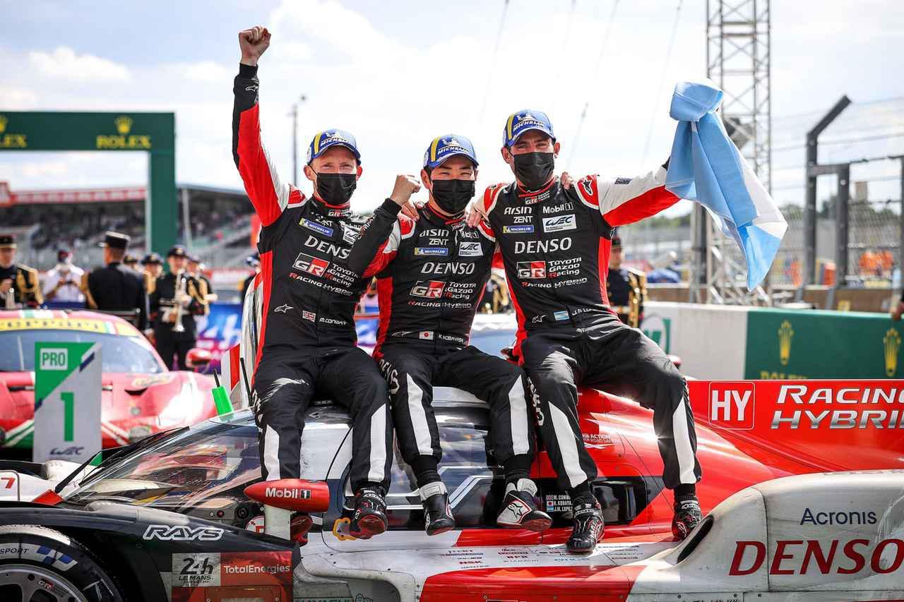 画像: 第89回ル・マン24時間レースを制した7号車のドライバーたち、左からマイク・コンウェイ/小林可夢偉/ホセ・マリア・ロペス。