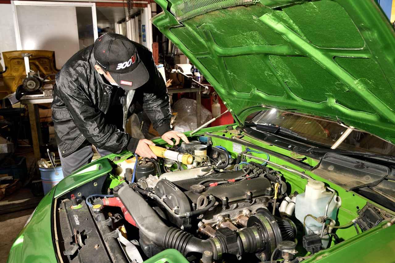 画像: エンジンルームを目視でチェックする石井代表。ひどいオイル滲みなどはないが、クーラント臭が気になる!NAのあるある現象だ。