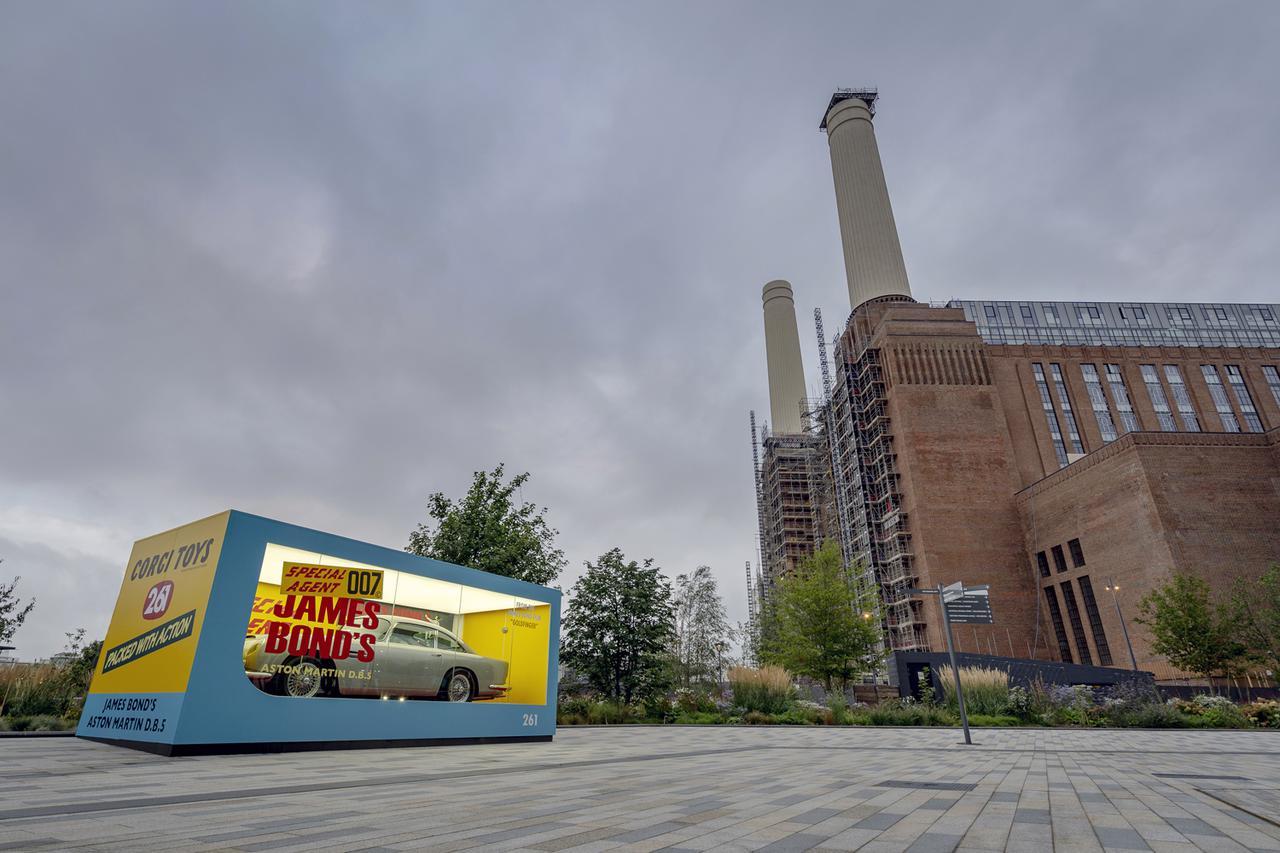 画像: ロンドン市内の旧パターシー発電所に隣接するザ・コーリング・ジェティー庭園に展示されたレプリカ。