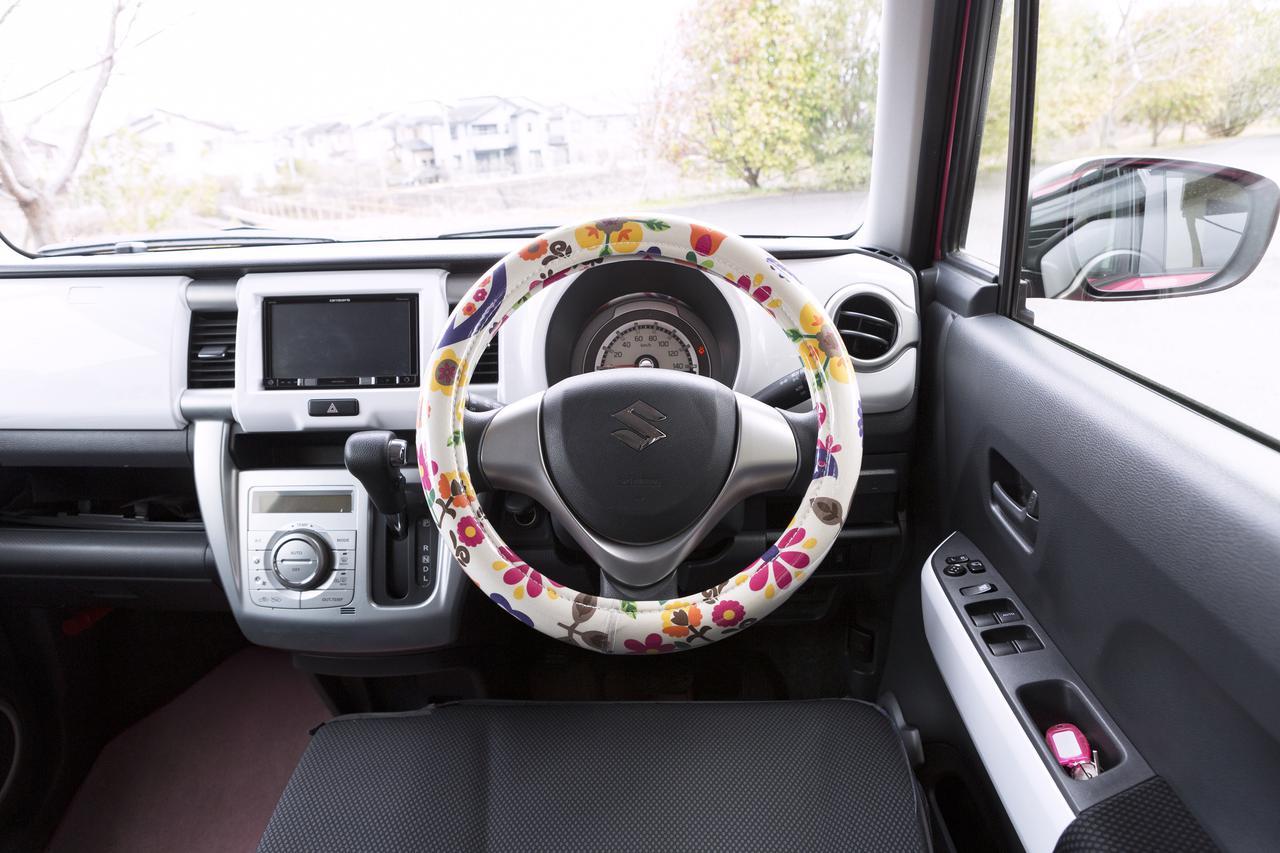 画像: ハンドルカバーはSサイズ(軽自動車)用で、カラーバリエーションが豊富。写真はポルカホワイト。