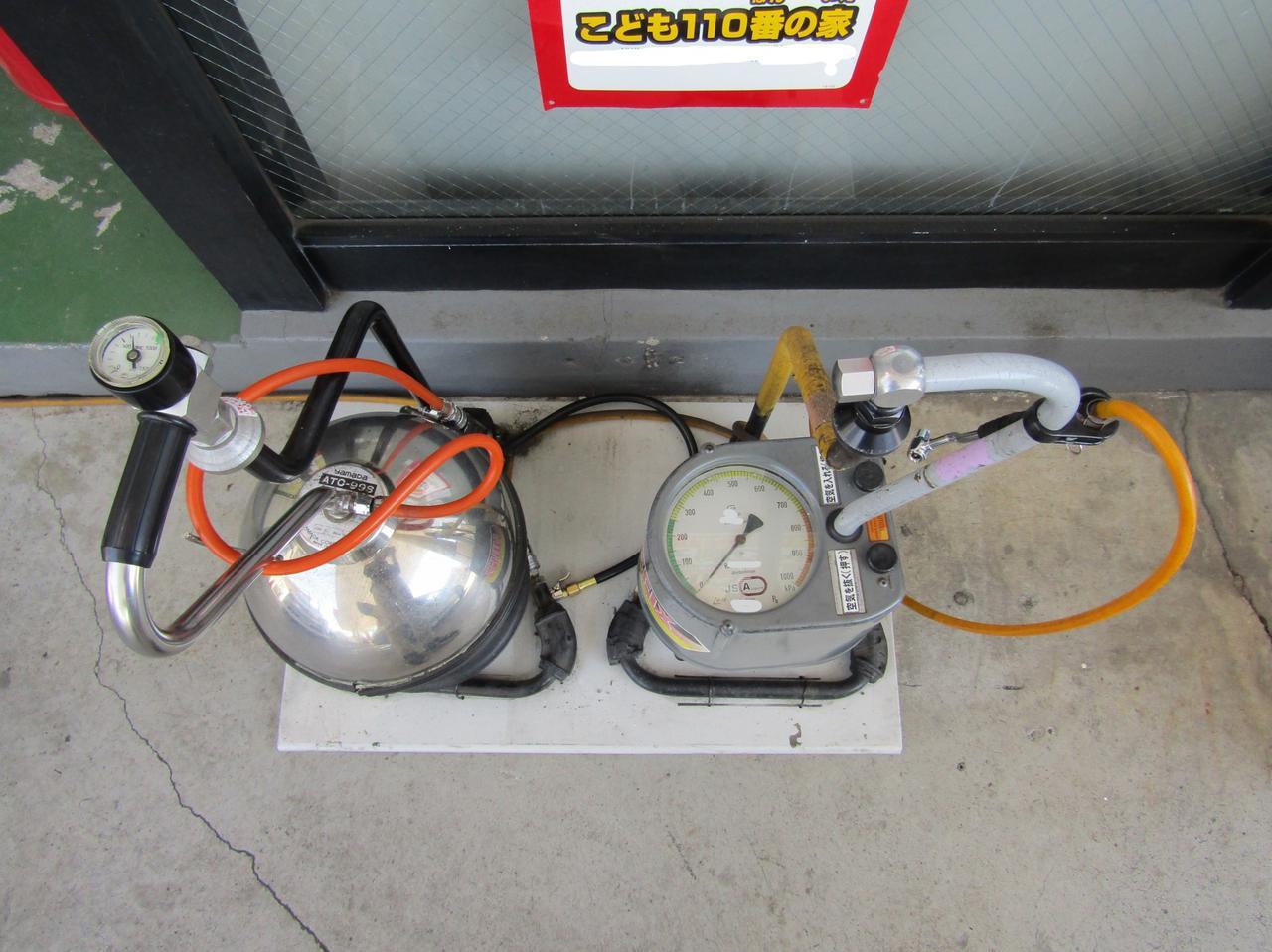画像: セルフのガソリンスタンドにはエアタンクなどタイヤに空気を充填できる装置が備えられている。最初、スタッフに教えてもらっても充填方法を覚えておくといいだろう。