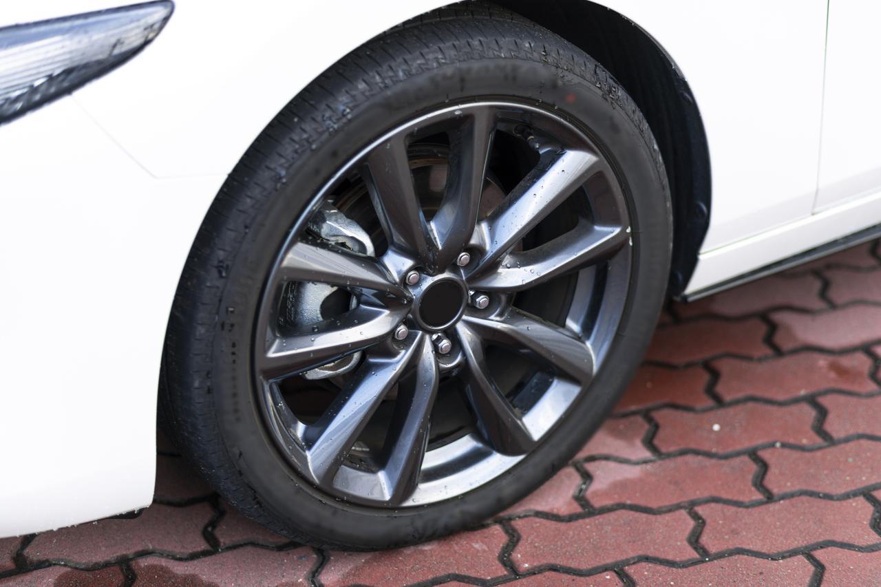 画像: タイヤの空気圧のチェックは安全運転に欠かせない部分。不足しているとグリップ力が下がるのはもちろん、スタンディングウェーブからバーストなどのあ危険性がある。