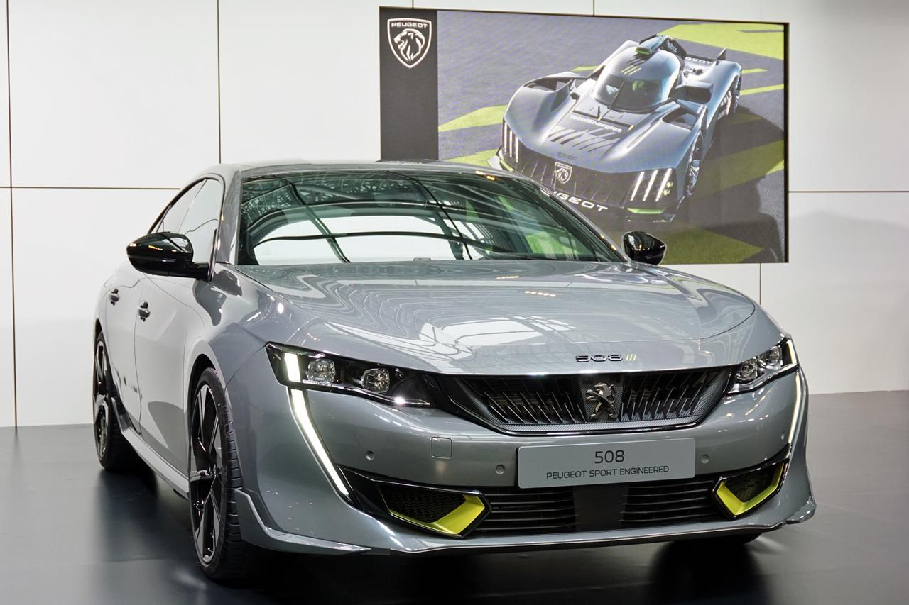 画像: 専用のグリルデザインを持つ508PSE。背景に映るのが、レースカーの9X8。カラーリングも揃えられている。