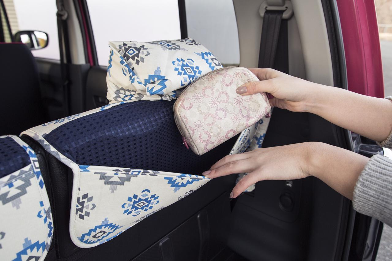 画像: 後座席用シートカバーの背面には、小物を入れておくことができる、便利なポケット付き。まさに女性目線!