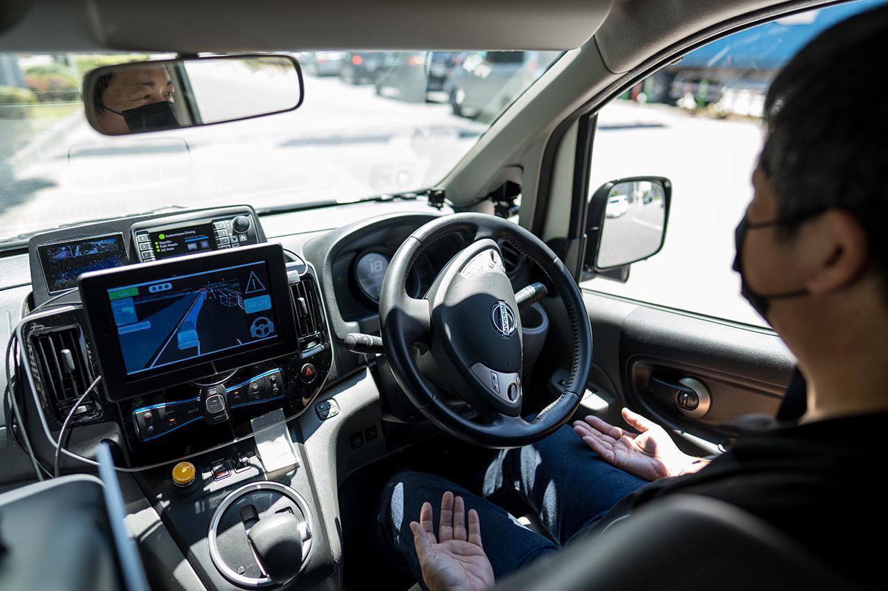 画像: 「Easy Ride」の実証実験車両の室内。運転席にはセーフティードライバーが乗車する。