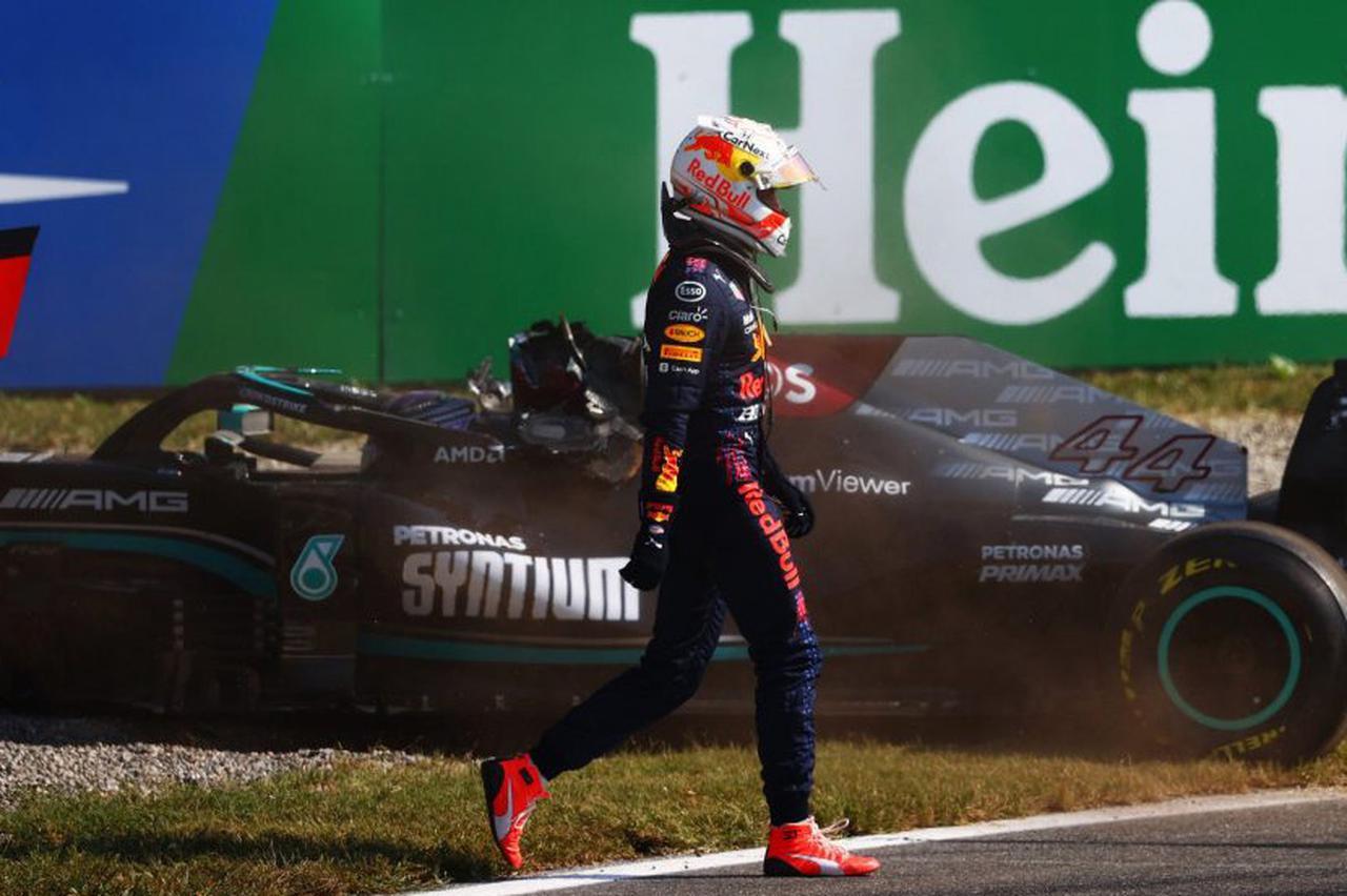 画像: 26周目の狭いターン1で、アウト側からパスしかけるフェルスタッペンとピットアウトしたばかりのハミルトンが接触してコースアウト。フェルスタッペンのマシンがハミルトンに乗り上げる形で両車がコース外のグラベルにストップした。
