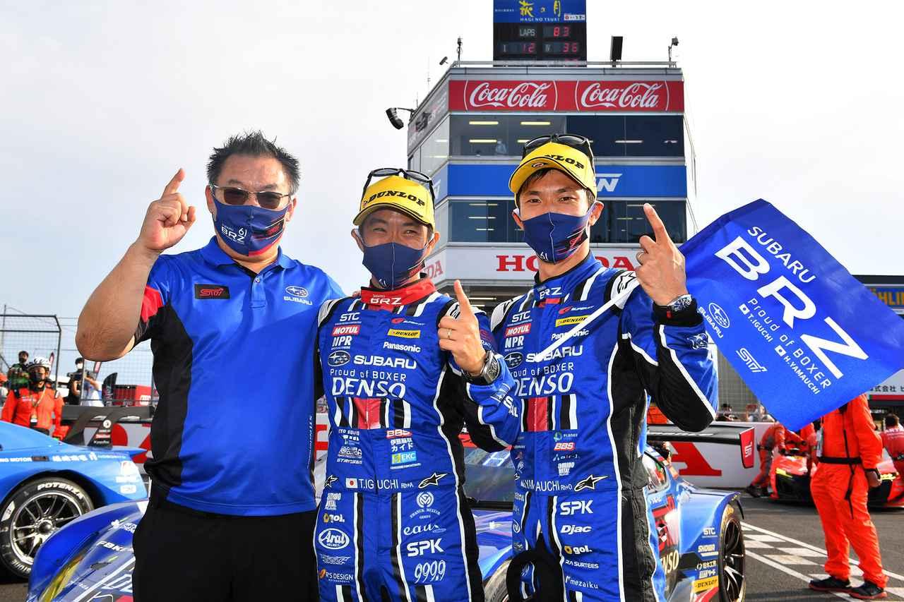 画像: 2021年よりチームを率いる小沢正弘総監督(左)にとっては嬉しい初勝利
