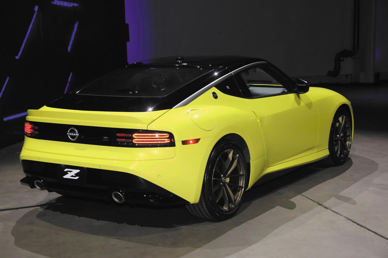 画像: NISSAN Z Proto Spec。米国市場向けの新型「Z」には、「Sport」と「Performance」の2グレードと、240台の限定生産となる「Proto Spec」が用意される。ボディカラーは、モノトーン3色と新色のセイランブルーとイカズチイエローを含む2トーン6色(いずれもスーパーブラックルーフ)を用意(Photo:ケニー中嶋)。