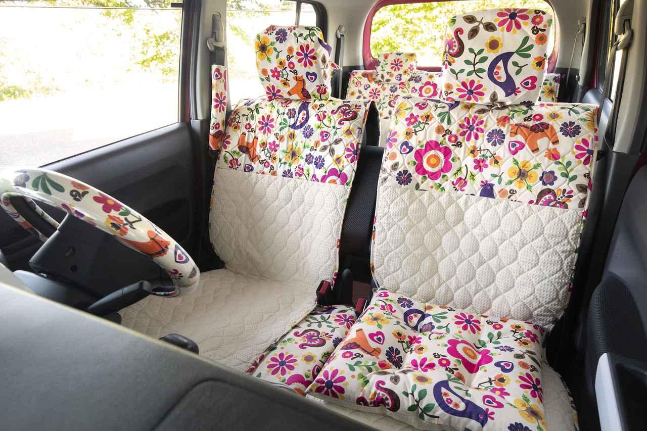 画像: ハスラーのシートに装着した「ポルカ ×ワッフルホワイト」のシートカバー。販売価格は2枚セット1万2800円(税込)。