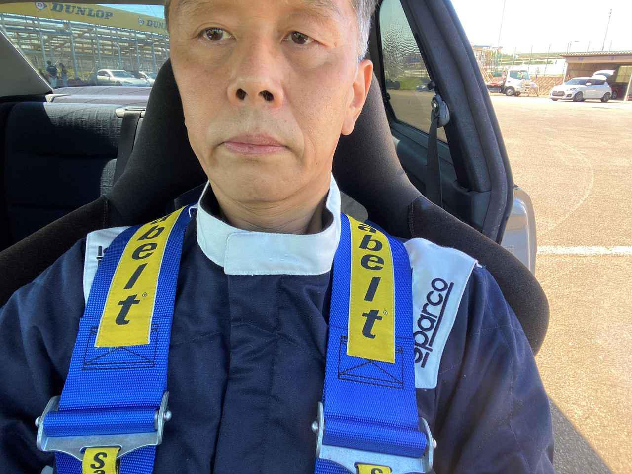 画像: レーシングスーツのファスナーを閉めて、5点シートベルトをする。走り出す前ならこの段階でも冷感を得ることができた。