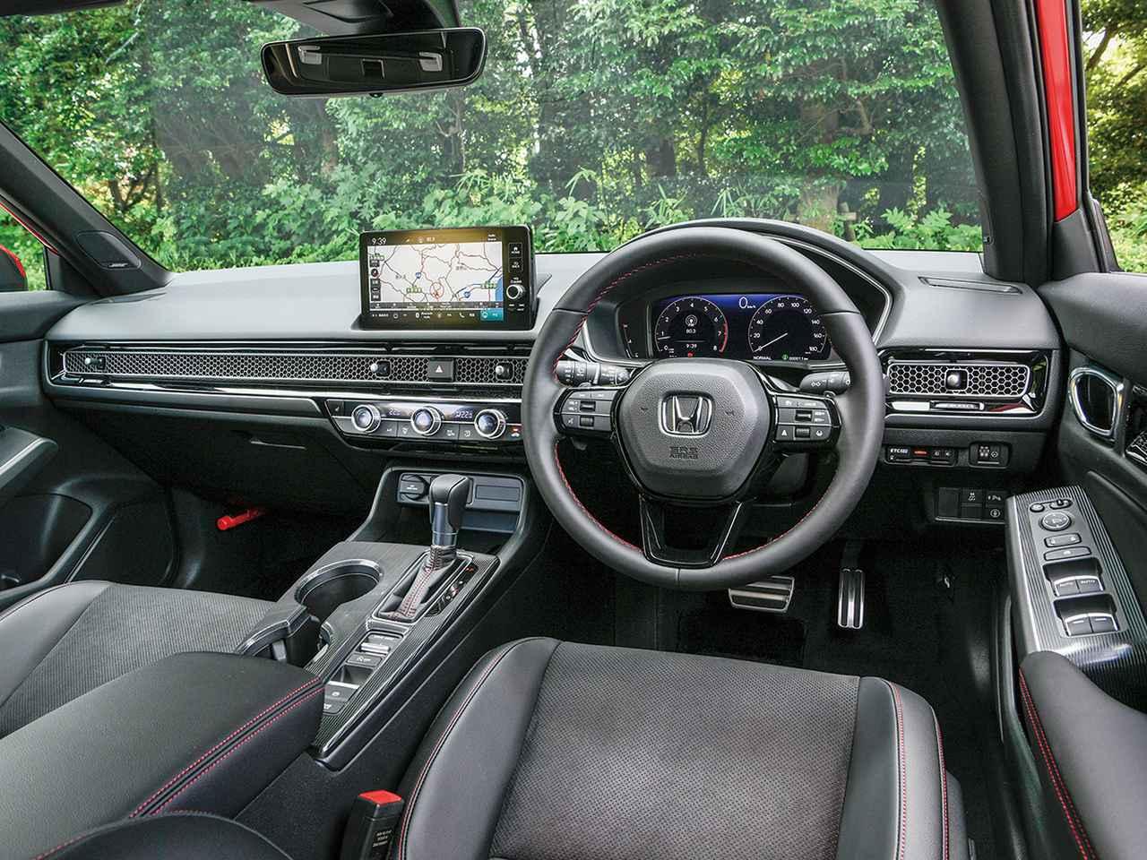 画像: 水平基調のインパネ。CVTのシフトレバーはドライバー側に5度傾けられカップホルダーを並列させている。