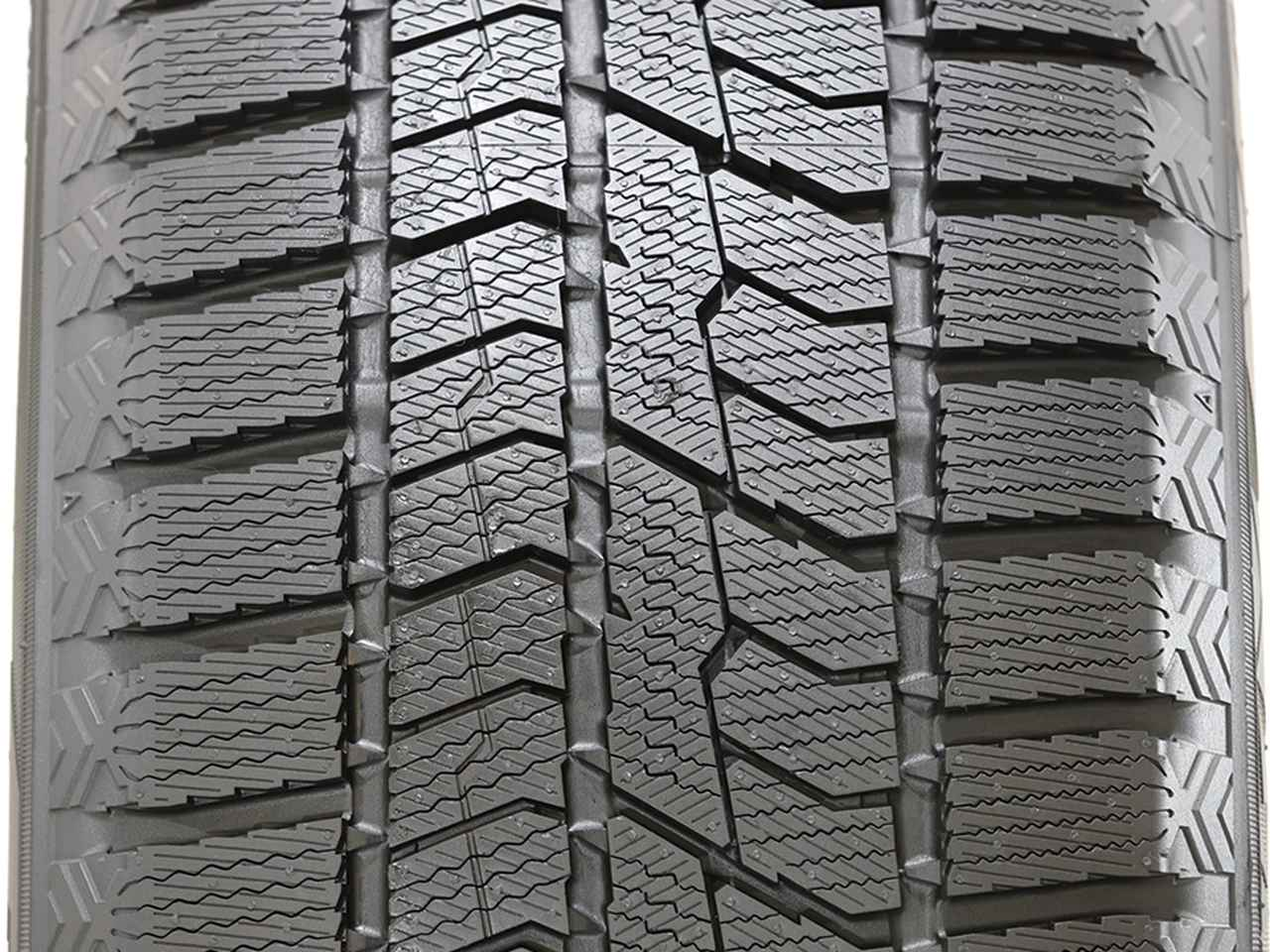 画像: スタッドレスタイヤのトレッドパターン内で、機能を分担させる非対称パターンを採用している。