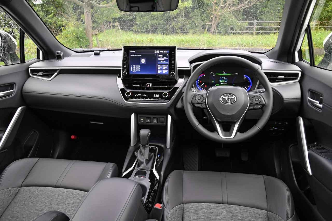 画像: アイポイントが高く、運転しやすいのも美点。インテリアは異なる素材を組み合わせて、カジュアルだが安っぽくない仕上がり。