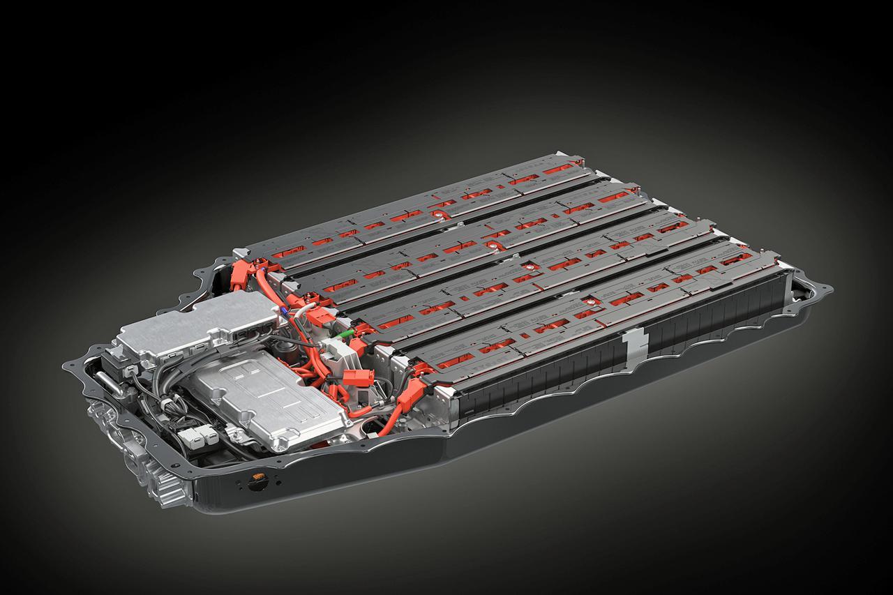 画像: PHEV用のリチウムイオンバッテリーは、総電力量18.1kWhを備える。