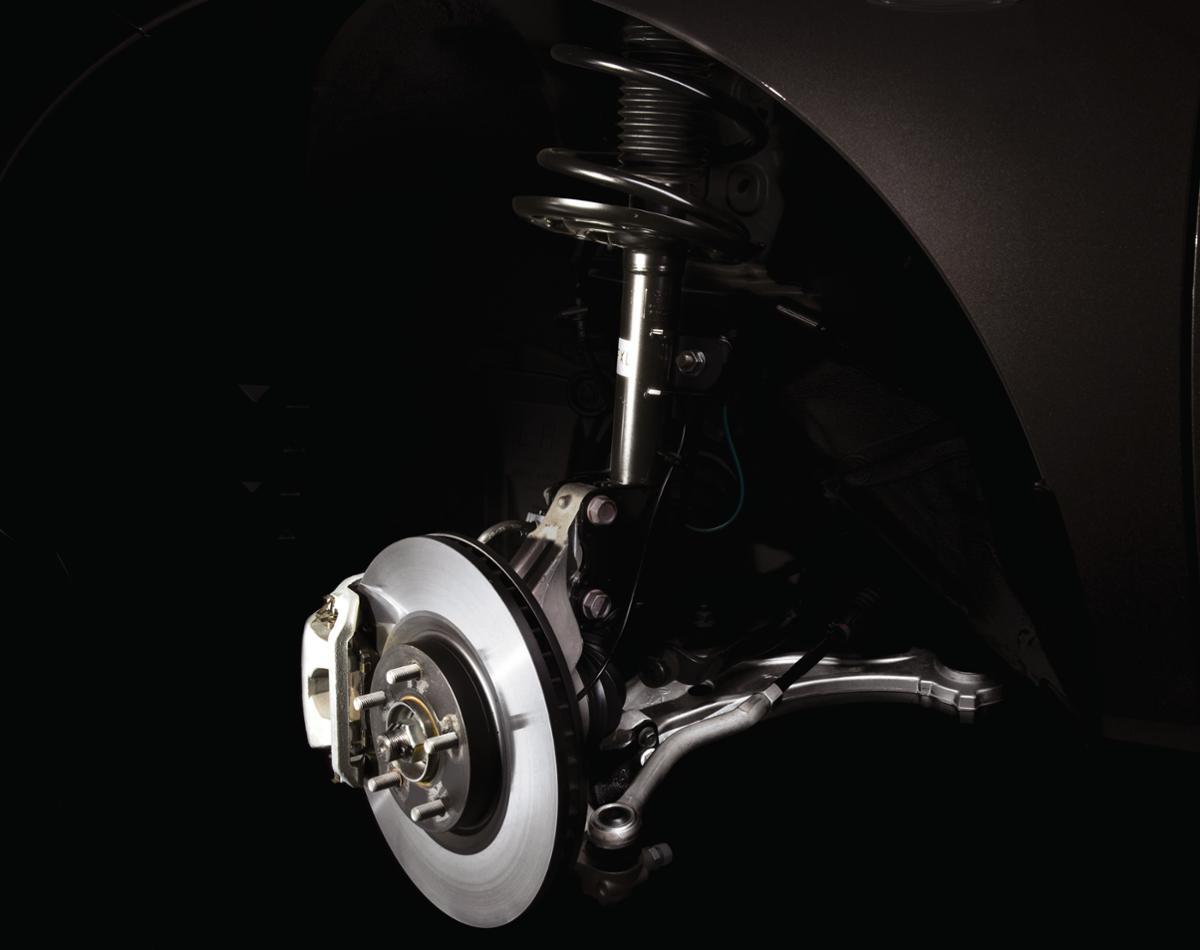 画像: ストラット式サスペンションは、ロアアーム、ハブナックル、そしてショックアブソーバーを兼ねたストラットからなるサスペンション形式だ。