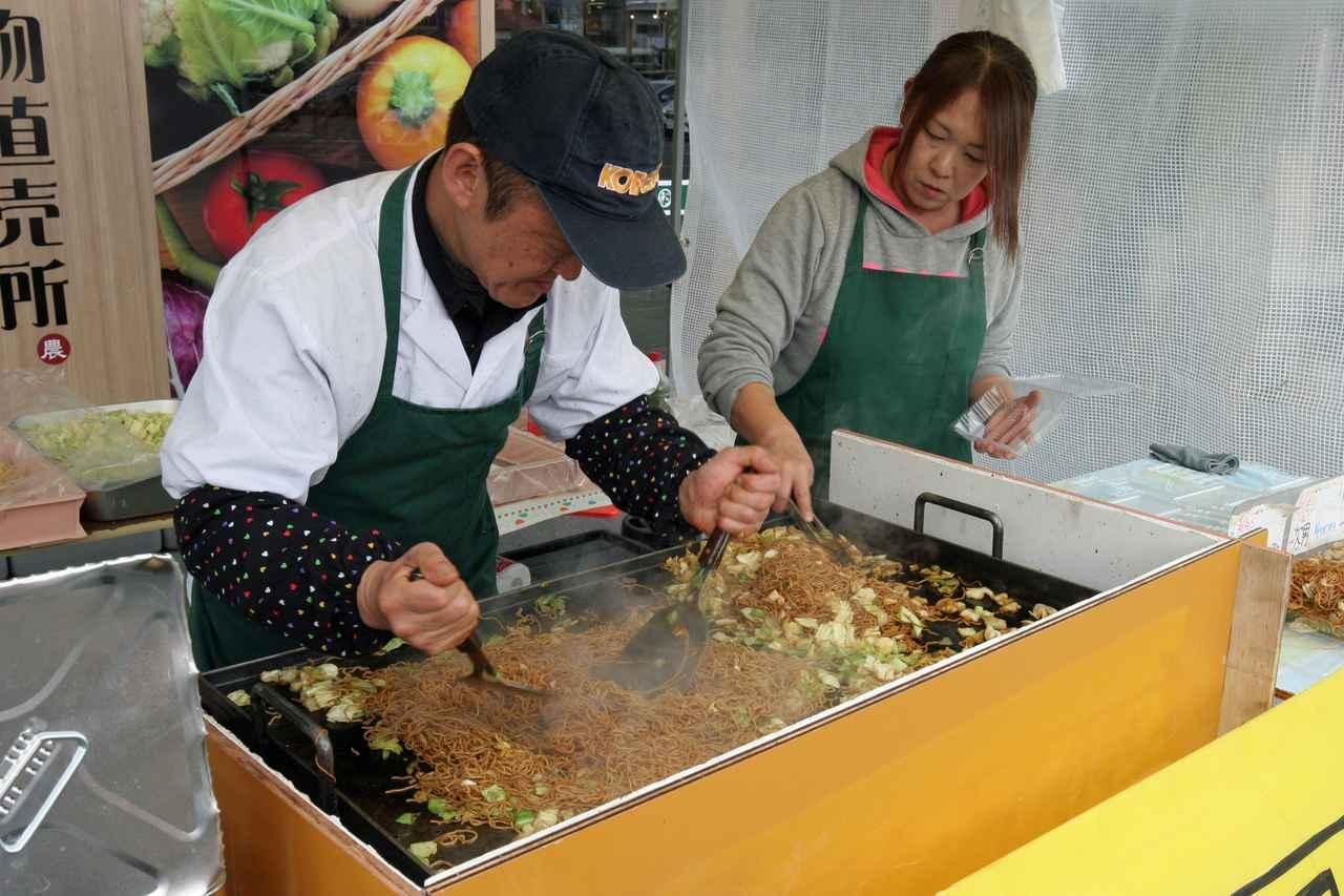画像: コテを匠に使いリズミカルに『有限会社田中屋製麺所』の『伊東温泉焼きそば』を焼き上げる白井克昌さん。 ※2019年2月に取材