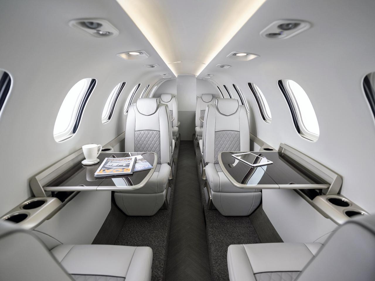 画像: 広いキャビンは、最大11名の乗員・乗客が搭乗できる。