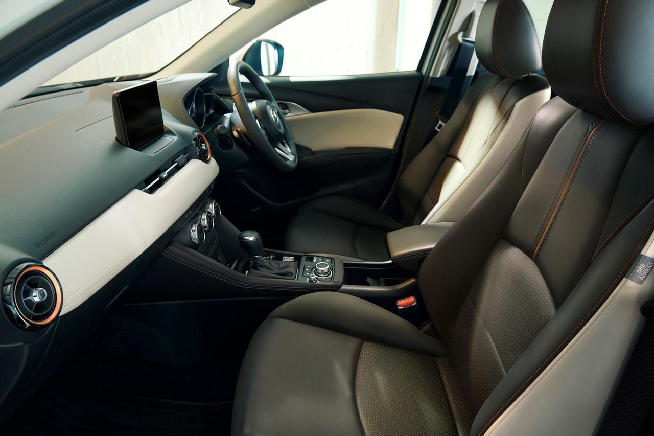 画像: 特別仕様車「1.5Sスーパー エッジー」のブラック基調のインテリア。シートの背面の中央部分や座面、エアコンルーバーリングにに施されたてカッパーの挿し色が小粋だ。