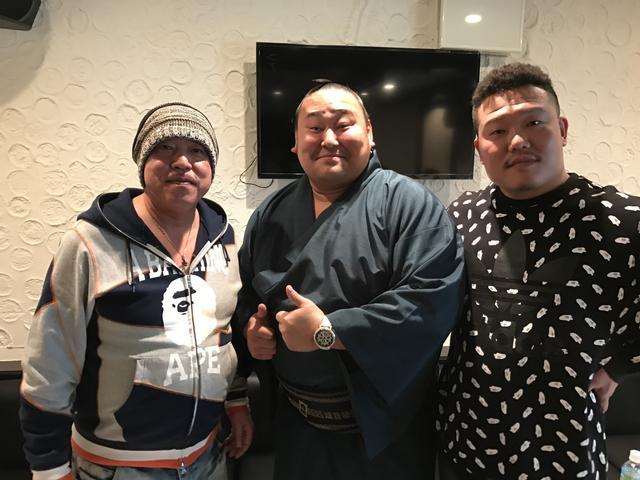 画像: 上山会長、旭日松関、いときんの3ショット。