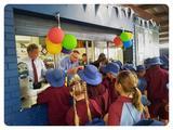 画像: 給食がないオーストラリア。 学校には「tuck shop」と呼ばれる売店があり、 生徒たちはお弁当を持っていくか、ここでお昼を買います。 Tuck shopは保護者などのボランティアによって運営されていて、 写真の赤ネクタイの男性も、トランプさんではなくボランティア! (写真はSt. Bernardine's Catholic SchoolのHPより拝借)