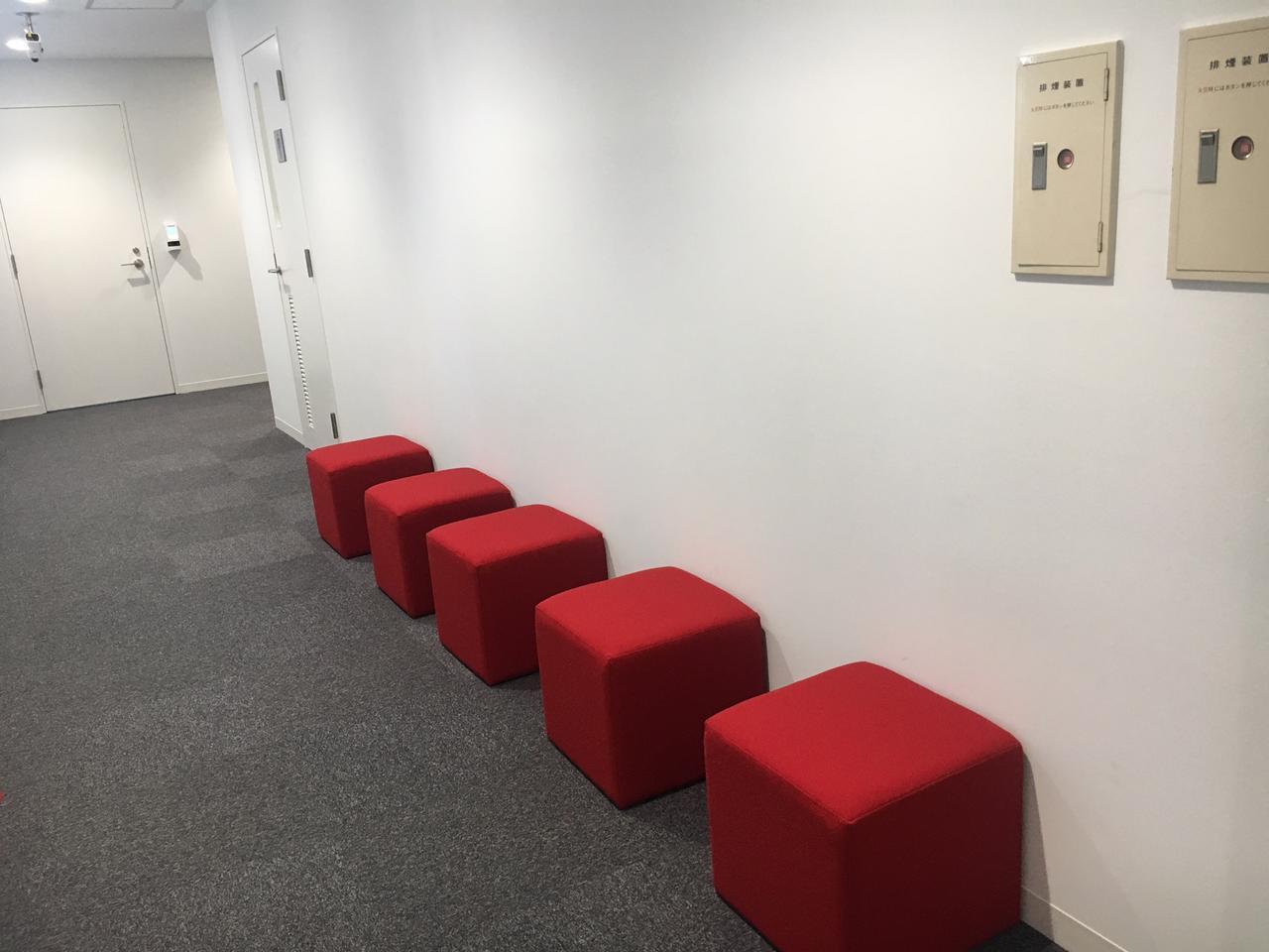 画像1: 待合・休憩席は鮮やかな赤