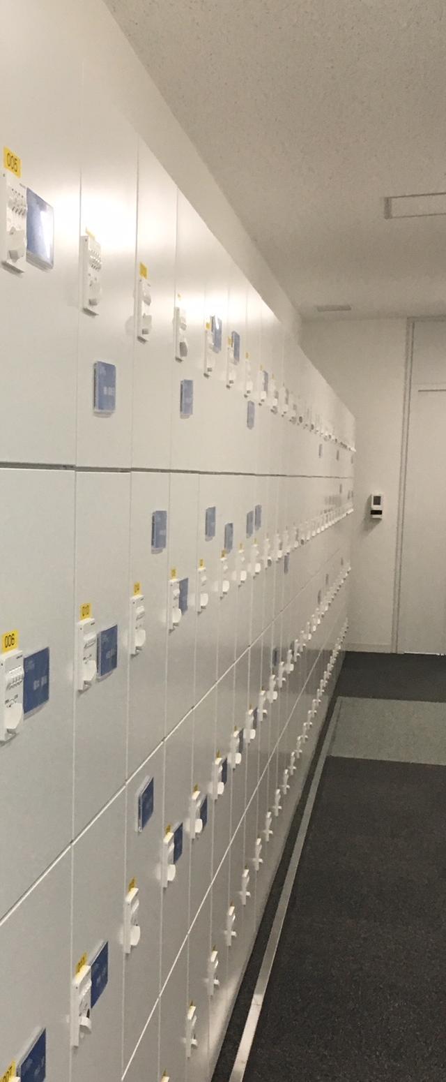画像1: ネームカードを付けられるロッカー、便利なコートハンガー