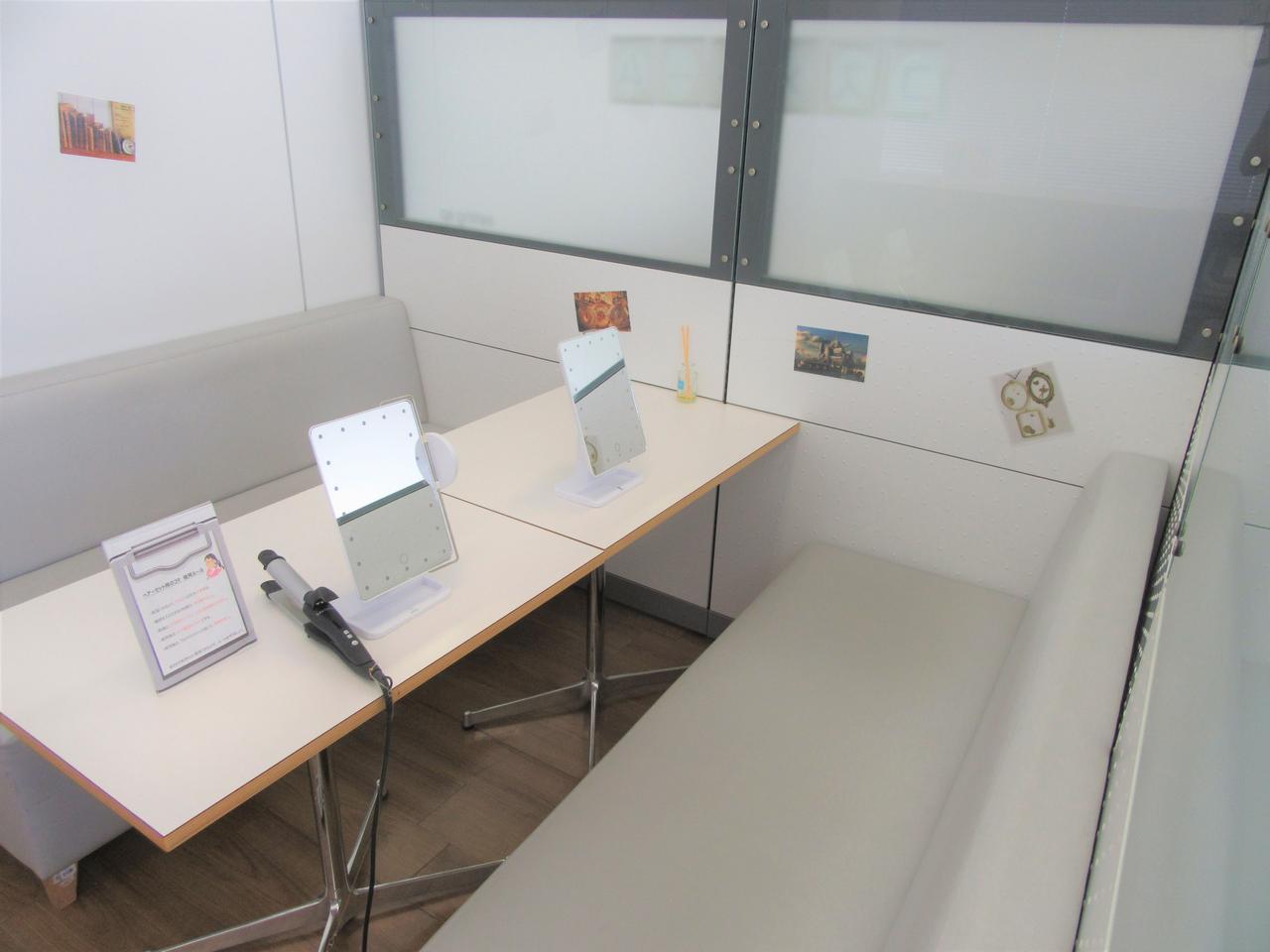画像1: コテ、ライト付きミラー完備のコスメルーム