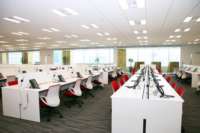 画像1: 白を基調とした清潔感のあるオペレーションルーム