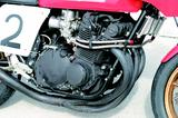 画像: AMAスーパーバイク用のスプリント仕様をベースに開発された8耐用ヨシムラGS1000。キャブレターはAMA用の京浜(現ケーヒン)CR31mm径から、ミクニ改29mm径に変更。エキゾーストはヨシムラを代表するアイテムである「集合管」だ。 オートバイ/モーターマガジン社