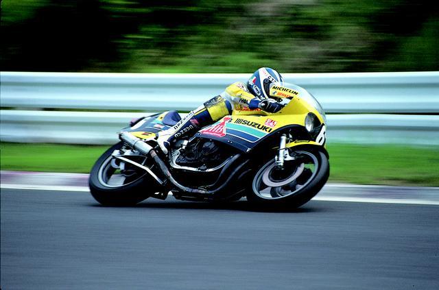画像: タバコブランドのHBカラーをまとったGS1000R(XR69)を駈るE.モアノー(写真)/R.ユービン組。この年、このコンビは見事世界耐久選手権チャンピオンとなった。 オートバイ/モーターマガジン社