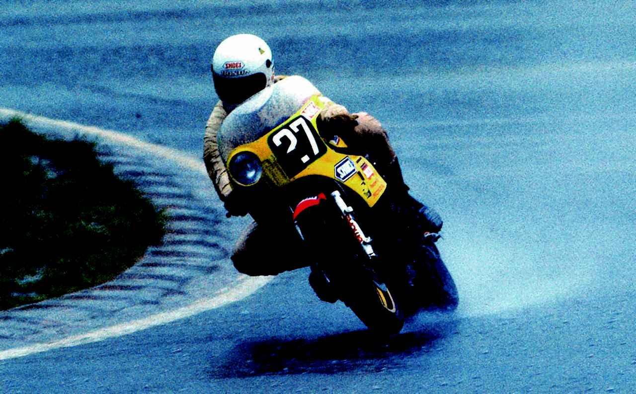 画像: 雨の鈴鹿を知り尽くした、メーカー系社内チームの活躍が光った1982年大会。1位の飯島/萩原組に続き、わずか0.28秒差で2位にもブルーヘルメットMSCの伊藤/吉村組のホンダCB900Fが入賞した。 オートバイ/モーターマガジン社