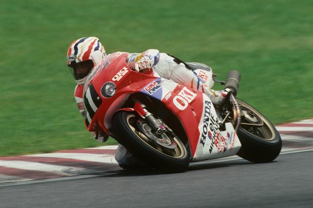 """画像: 1991年(第14回大会)FIM 世界耐久選手権シリーズ第3戦 """"コカ·コーラ""""鈴鹿8時間耐久ロードレースは、RVF750を駆るワイン・ガードナーとマイケル・ドゥーハン(後に登録名をミック・ドゥーハンに変更)のドリームコンビが、3年目のチャレンジでついに優勝した。 www.suzukacircuit.jp"""