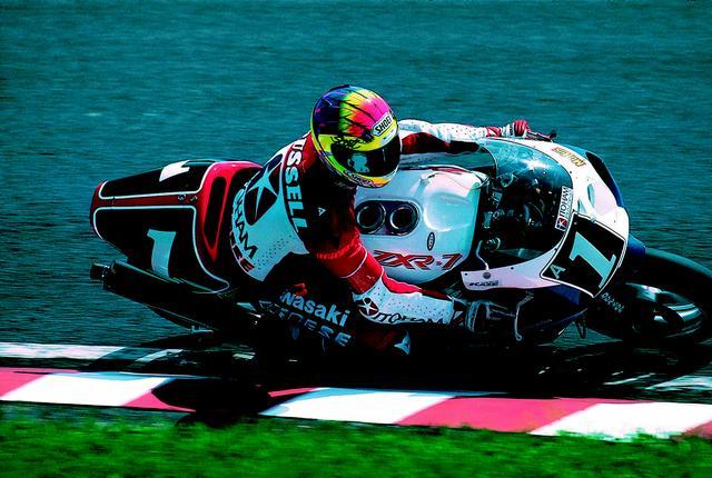 画像: TT-F1レギュレーション最後の年となった1993年の鈴鹿8耐を制覇した、S.ラッセル。ホンダ上位勢が離脱後は、藤原儀彦/永井康友組のヤマハYZF750との一騎打ち状態に。5時間を経過しようといたところ、ヤマハにクラッチトラブルが発生したため、S.ラッセル/A.スライト組が逃げ切りに成功した。 オートバイ/モーターマガジン社
