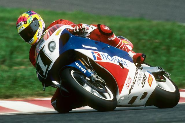 画像: 1992年に塚本昭一により全日本TT-F1チャンピオンマシンとなった。この年は鈴鹿8耐を見据えてタイヤ交換システムに新機構を導入。スーパーバイク世界選手権のスコット・ラッセルとアーロン・スライトでカワサキが初優勝を遂げた。 www.suzukacircuit.jp