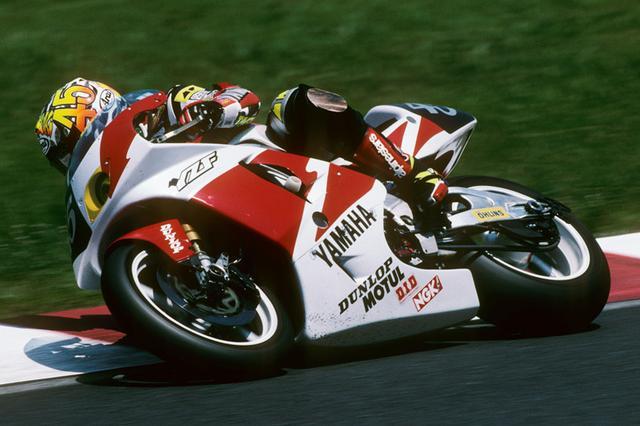 画像: ヤマハにとって、鈴鹿8耐で4度目の優勝マシンとなった。ライダーは新鋭の芳賀紀行とコーリン・エドワーズで、芳賀は当時の最年少優勝ライダーとなり、214周走破は当時の最多周回数と記録ずくめだった。 www.suzukacircuit.jp