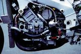 画像: 気筒あたり5バルブの水冷4ストローク並列4気筒DOHCエンジンを搭載。ACGは背面ジェネレーター方式。シフトリンケージには、点火をカットするオートシフターが備わる。乾式クラッチのオペレートは油圧によるもの。スタンダード車(輸出用)の125psを大きく上回る、160ps以上の最高出力を発生した。 オートバイ/モーターマガジン社